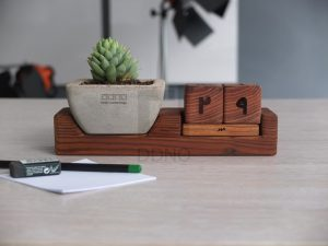 محصولات دیدینو -تقویم مکعبی چوبی به همراه گلدان بتنی