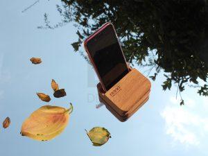 نام اسپیکر آگوستیک اسپیکر آگوستیگ و ساعت چوبینوابان است و نام ساعت رومیزی چم زمان
